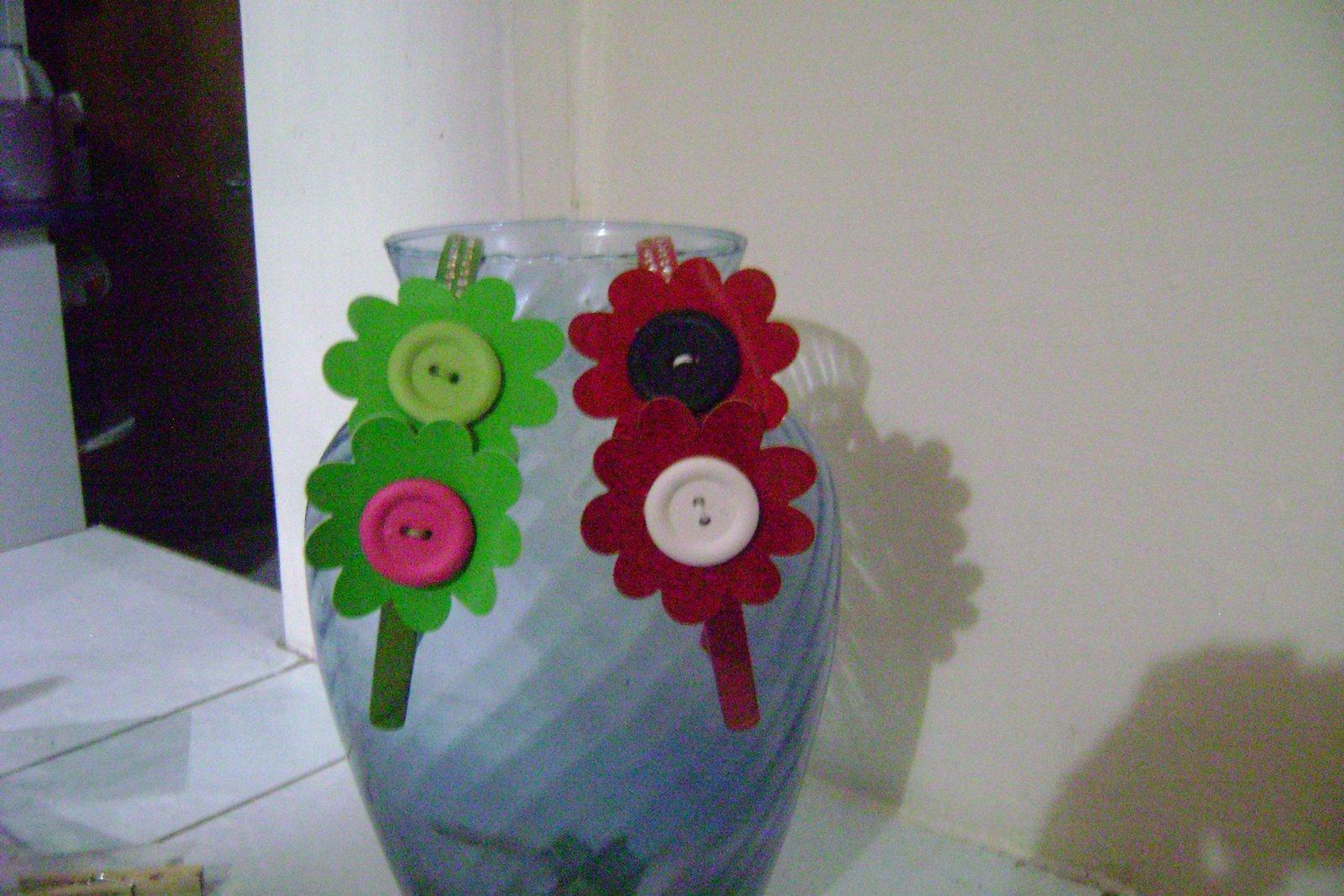Cintillos decorados con flores de vinil y botones