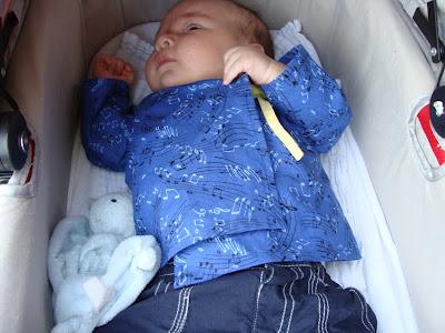 Mijn zoon, Shaun draagt zijn nieuwe baby overslaghemdje