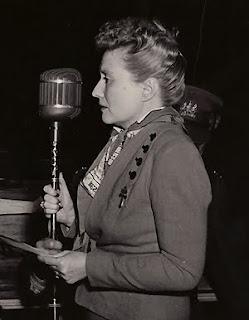Marthe Simard lors du discours prononcé sur la terrasse Dufferin le 23 août 1944, à l'occasion de la Libération de Paris. Source : Le Soleil