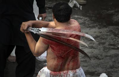[Image: Pakistani+Shiite+Muslim+Ashura+self+flagellation.JPG]