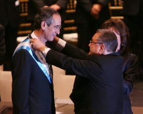 Ingeniero Álvaro Colom asume presidencia de la República