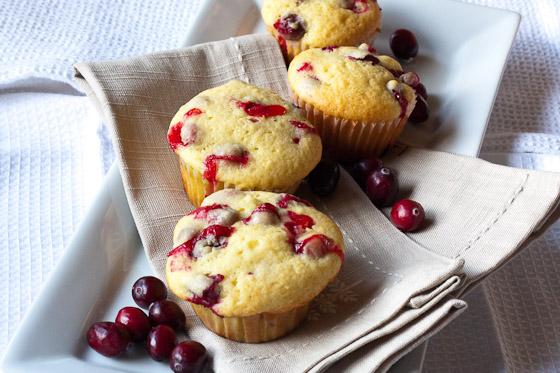 Doop de bovenkant van de muffins in de siroop