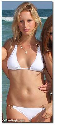 Hot model Karolina Kurkuva-no belly button pictures