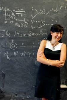 Marcela Carena en el pizarrón de The Atom Smashers