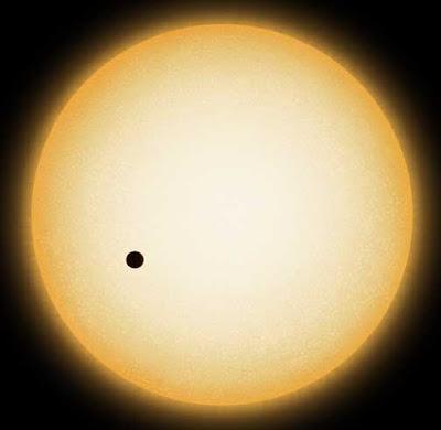Ilustración de la estrella HD149026 y un planeta transitando