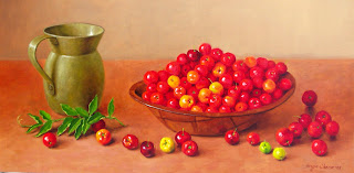 Un jarrón y un plato de cerezas sobre la mesa