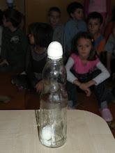 Experiment....aşteptăm ca oul să intre în sticlă!