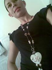 Juego de Collar en perlas, cristales y concha RD$ 1,200.