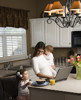Evden çalışmaya çalışan anne