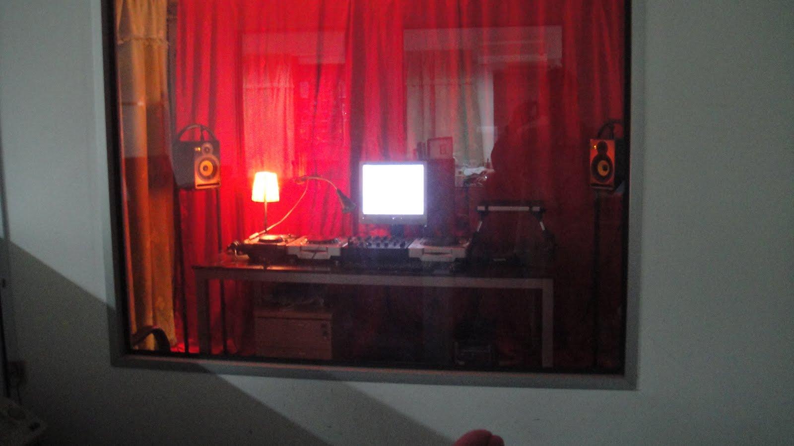 Boom boom room dj studio for Outside studio room