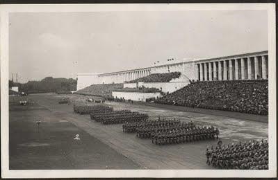 """Els Mítings de Núremberg (oficialment, Reichsparteitag, literalment """"Congrés Nacional del Partit"""") era la cita anual del NSDAP (Partit Nazi) entre els anys 1923 i 1938 a Alemanya. Especialment després de l'ascens al poder d'Adolf Hitler, el 1933, es van convertir en grans events propagandístics. Els Reichsparteitage es van celebrar a Nuremberg des de 1933 a 1938.  Els primers mítings del NSDAP es van fer el 1923 a Munic i el 1926 a Weimar. A partir del 1927, es van fer sempre a Nuremberg, ciutat que es va seleccionar per diferents raons: estava situat al centre del Tercer Reich, la ciutat tenia l'estructura adient, el partit estava prou organitzat a la zona, i la policia local era favorable. Els actes es realitzaven durant la primera setmana de setembre sota la denominació Reichsparteitage des deutschen Volkes (""""Congrés Nacional del Partit de la gent alemanya""""), que significava la solidaritat entre el poble alemany i el NSDAP, i això es va traduir en el nombre creixent de participants, que va ariibar al mig milió, entre totes les seccions del partit, exèrcit i estat.  L'aspecte principal dels mítings de Núremberg fou la quasi devoció religiosa a Adolf Hitler, assenyalant-lo com el salvador d'Alemanya, escollit per divina providència. Les masses escoltaven els discursos del Führer, juraven lleialtat i marxaven davant seu. Els participants volien demostrar el poder del poble alemany i per voluntat pròpia se subordinaven a la disciplina i ordre amb la que haurien de renéixer com a nou poble.  Un component important addicional dels mítings de Nuremberg van ser els nombrosos actes i desfilades de organitzacions afiliades i del Tercer Reich, com la Wehrmacht, SS, SA, Joventuts Hitlerianes, etc. També era la tribuna on les polítiques nazis eren proclamades. Les Lleis racials de Nuremberg, que treia als jueus la ciutadania i altres drets es van proclamar el míting de 1935 com a mesures per """"protegir la sang alemanya"""".  Les demostracions de poder no es limitaven als camps de"""
