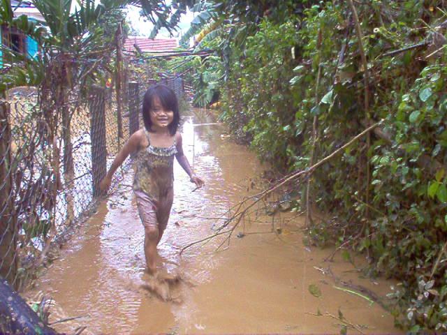 Thơ ngây và vô tư sau lũ lụt