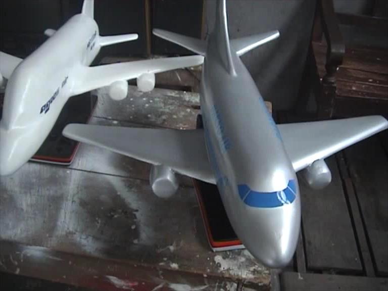 Kerajinan Miniatur Pesawat dari Limbah Stryrofoam