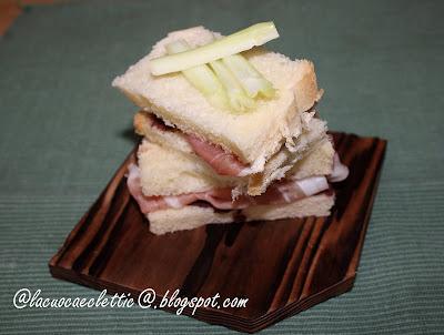Mini sandwich con crema di olive e prosciutto crudo