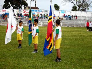Meninos com as Bandeiras de: Minas, Brasil e Nova Resende