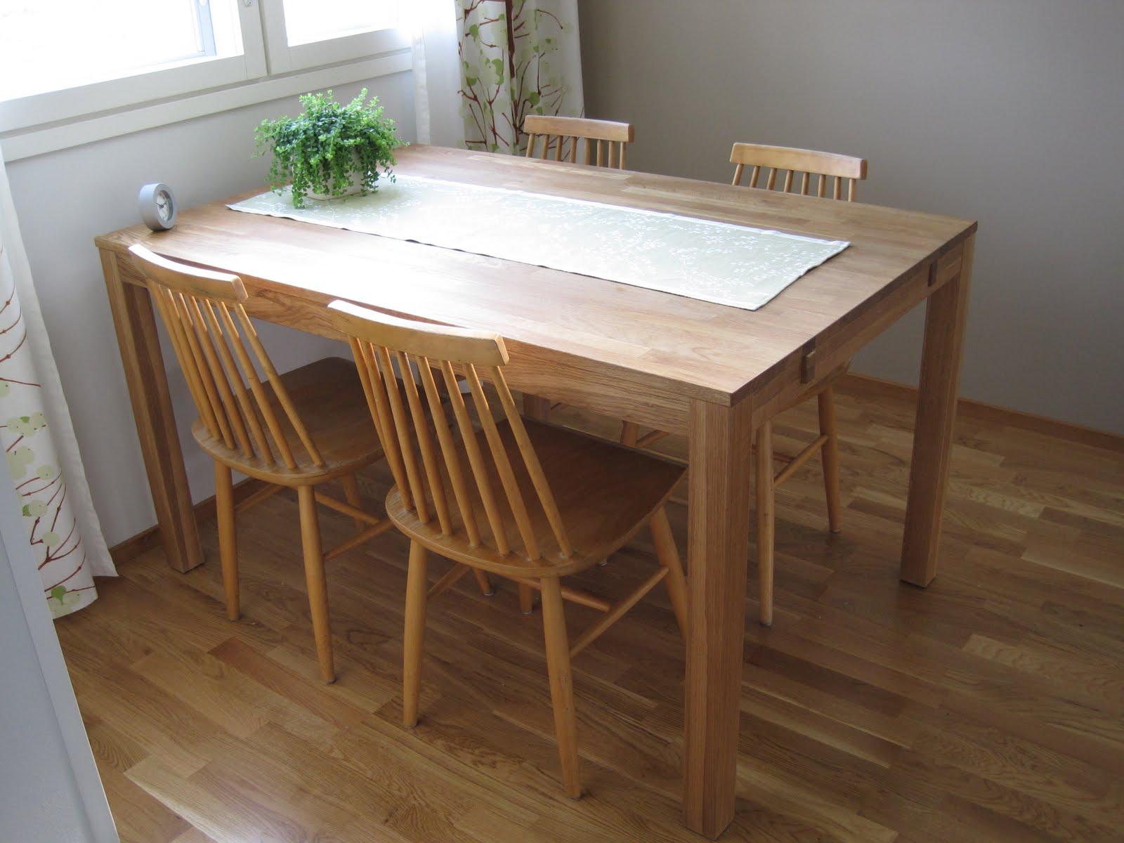 Oma keittiön pöydän ääressä