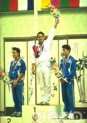 Seúl 1988 - Medallistas en salto de trampolín masculino. El campeón Greg Louganis junto a los chinos Tan Liangde y Li Deliang