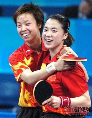 Atenas 2004 - Wang Nan y Zhang Yining, campeonas de dobles en tenis de mesa