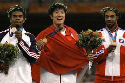 Atenas 2004 - Podium de los 110 metros vallas, con Liu Xiang, Terrence Trammell y Anier García