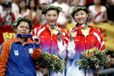Atenas 2004 - Medallistas en badminton individual femenino, con Zhang Ning, Mia Audina y Zhou Mi