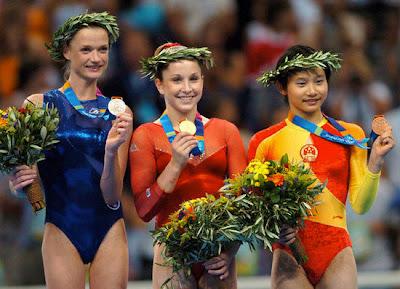 Atenas 2004 - Medallistas en el concurso individual de gimnasia artística, con Carly Patterson, Svetlana Khorkina y Zhang Nan