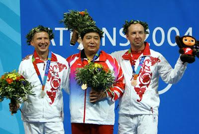 Atenas 2004 - Medallistas en pistola de aire a 10 metros, con Wang Yifu, Mikhail Nestruev y Vladimir Isakov