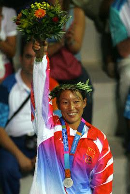 Atenas 2004 - Yin Jian, medalla de plata en la clase mistral de vela