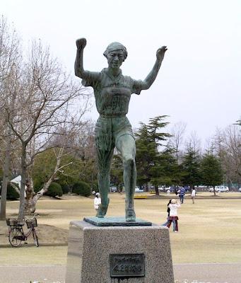 Estatua de bronce dedicada a Kinue Hitomi en Okayama