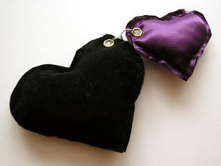 breloki - poduszeczki (czarne i fioletowe serduszko)