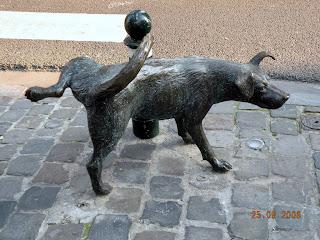 Зенекен - писающая собачка в Брюсселе