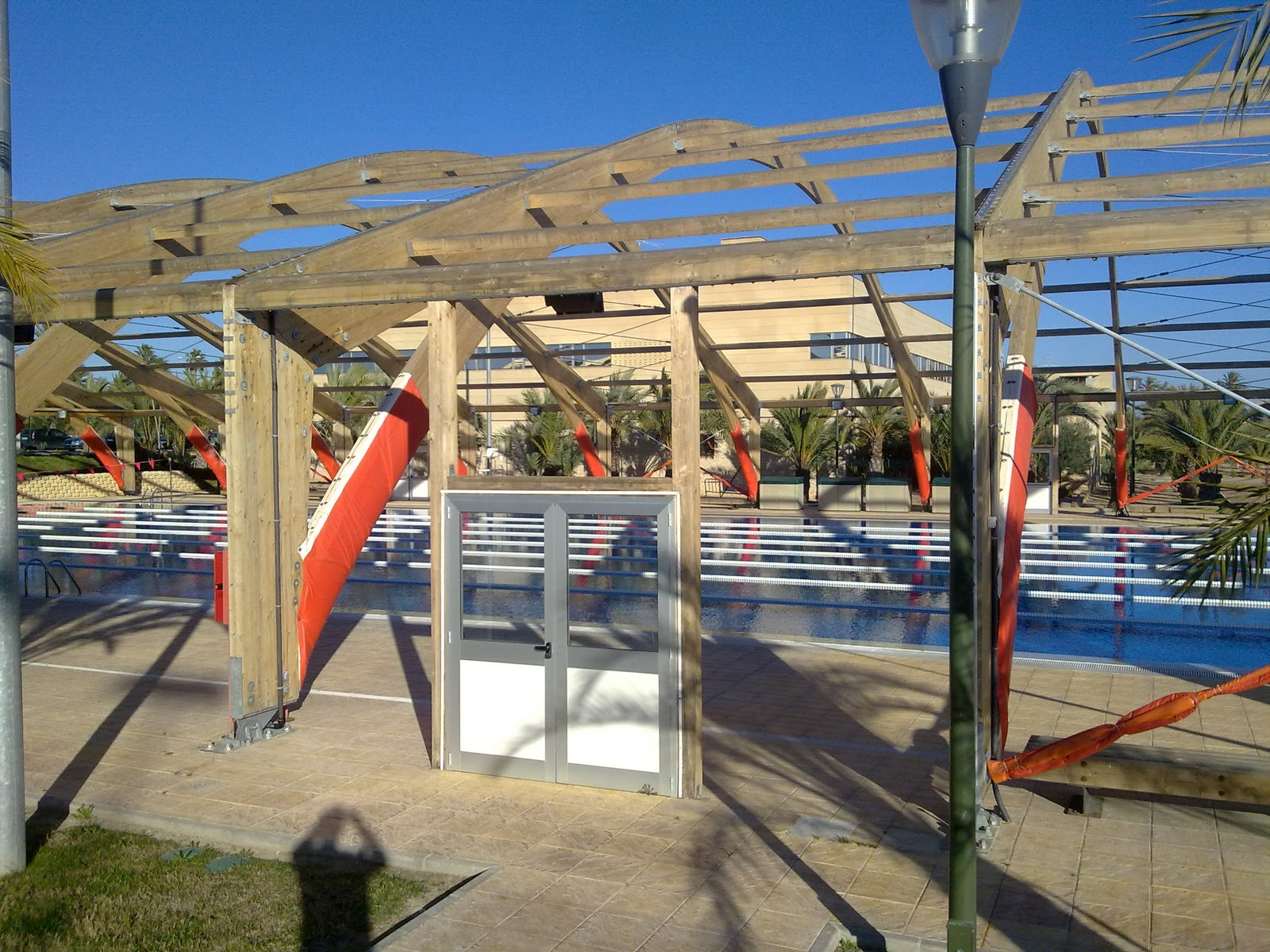 Las tres mellizas la umh y su piscina for Piscina universidad alicante