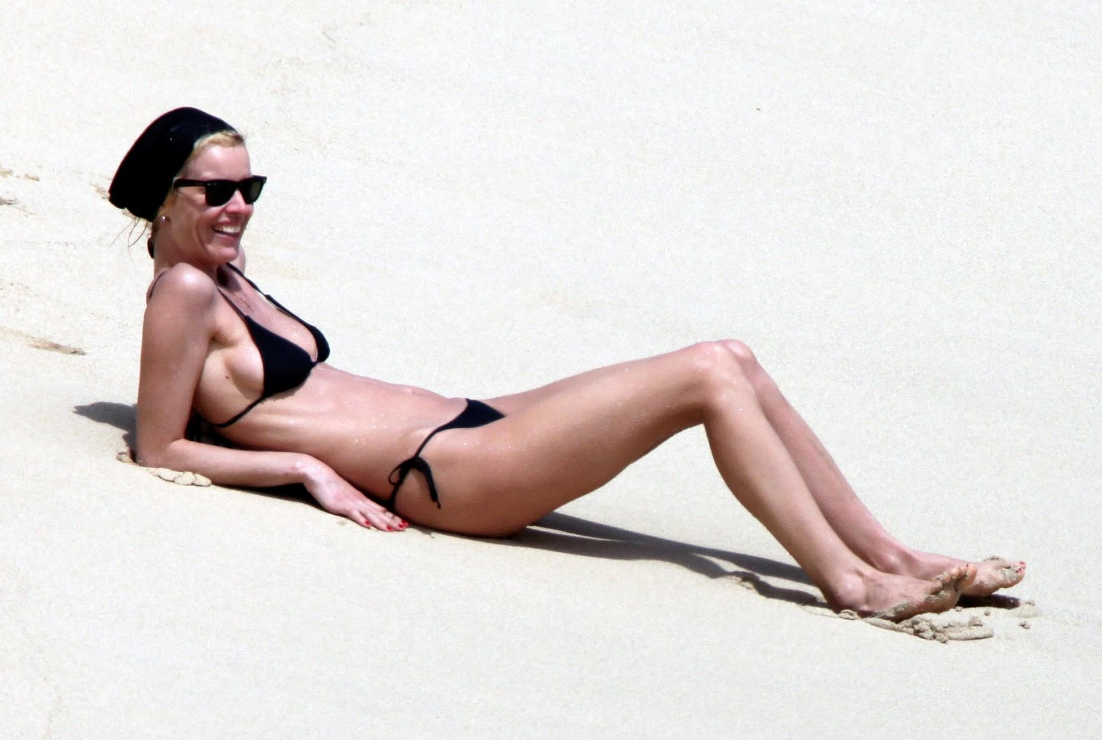 http://2.bp.blogspot.com/_WDCWEjl45FQ/TPq7WRGuAMI/AAAAAAAABSk/opZXFeaEqgk/s1600/eva-herzigova-bikini-spl86170_009.jpg