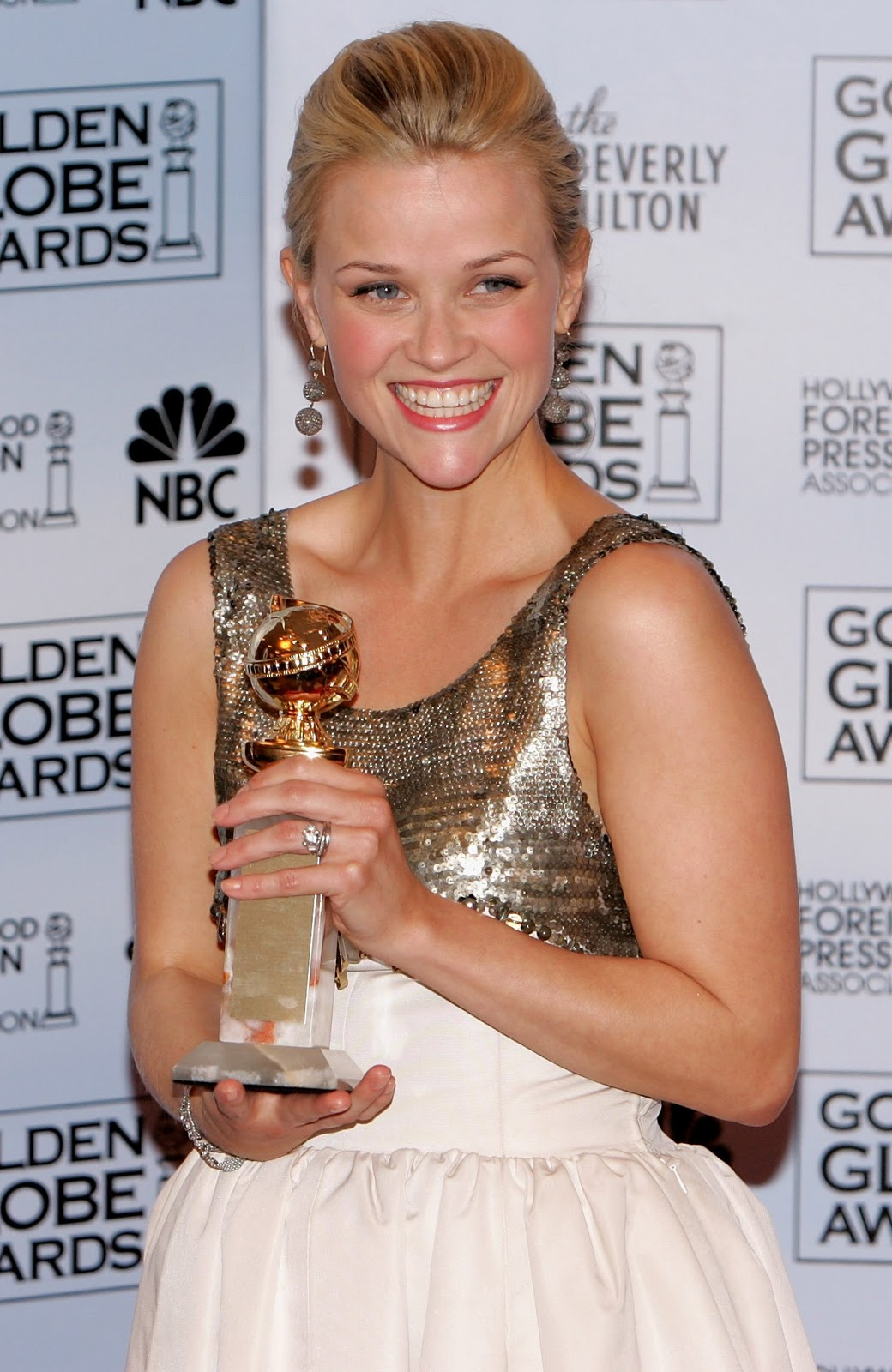 http://2.bp.blogspot.com/_WDCWEjl45FQ/TUssOT9-4KI/AAAAAAAAEPk/gHfMUL9PnNc/s1600/reese-witherspoon-golden-globes-3.jpg
