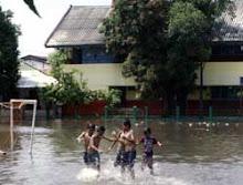 banjir sekolah = kolam main