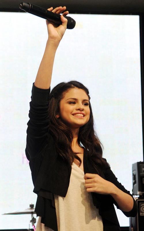 Selena Gomez: Tema Principal [CLOSED] - Página 6 Selena-gomez-041210-8