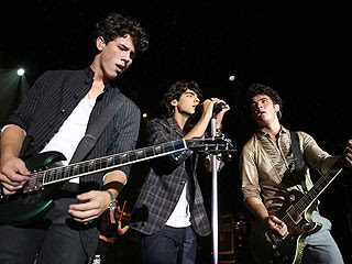 Jonas Brothers: Candids&Noticias >2 [CLOSED] - Página 6 Jonas-brothers-2-320