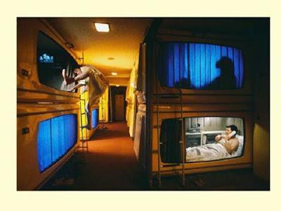 Para Tamu Hotel Kapsul Di Kamarnya Masing-Masing