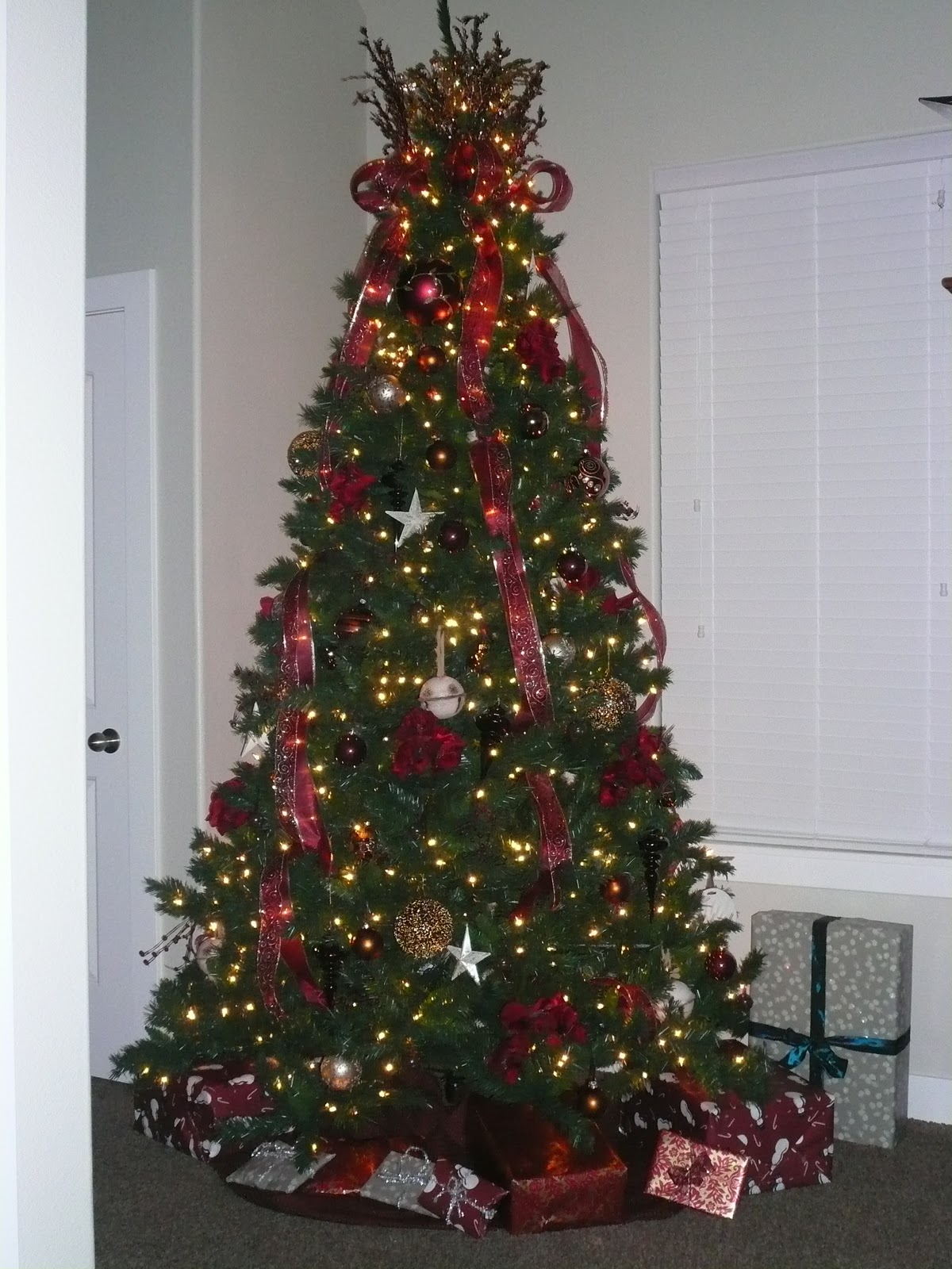 How to decorate a christmas tree oh sweet basil for How do you decorate a christmas tree
