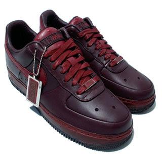 Giày màu đỏ tía
