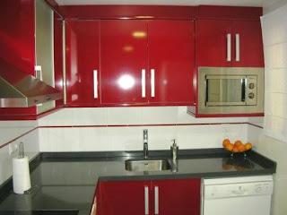 Cocina rojo speco y bancada en gris expo reformas guaita - Mueble alto microondas ...
