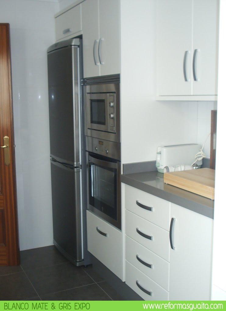 Cocina blanco mate con bancada en gris reformas guaita - Columna horno y microondas ...