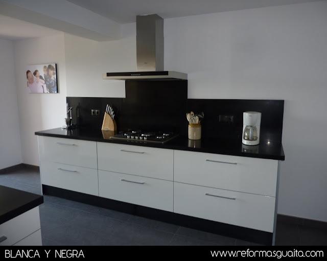 Cocina en blanco y negro en un chalet reformas guaita for Cocina con azulejos blancos