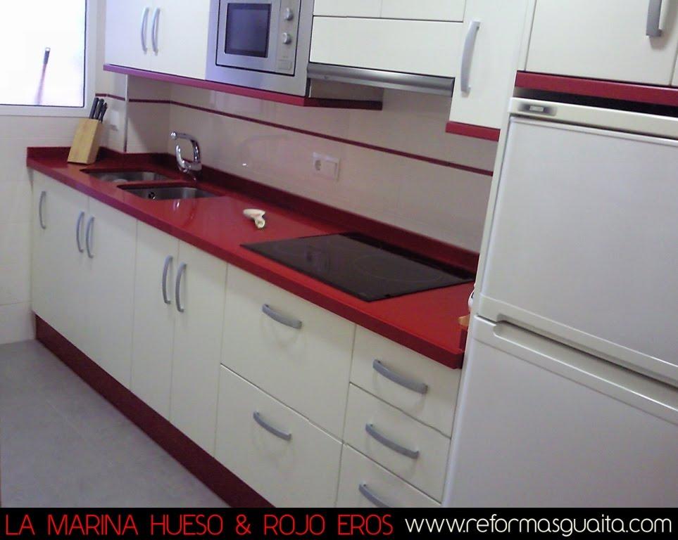 Elegante cocina en hueso rojo reformas guaita for Modelo de cocina rojo y gris