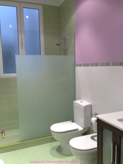 Ba o alicatado en kroma verde hasta media altura y luego pintado reformas guaita - Pintura baldosas bano ...