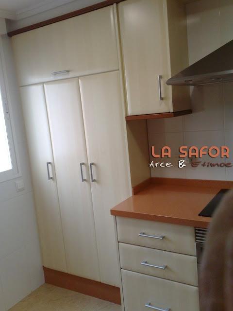 Cocina la safor en arce etimoe con los electrodom sticos for Mueble lavadora secadora