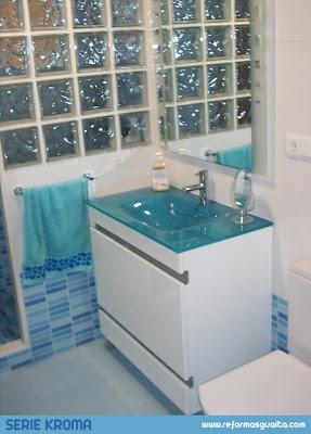 Ba o con la serie kroma en blanco y azul con muro mampara - Banos en azul y blanco ...