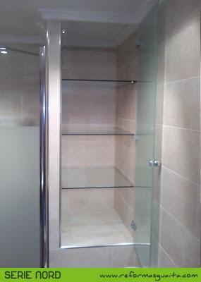 armario obra en baño puerta cristal estante