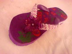 chinelo Ondas decorado com miçangas e flor