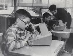 Garoto usando a máquina de ensinar de Skinner. / Boy using the Skinner's teaching machine.