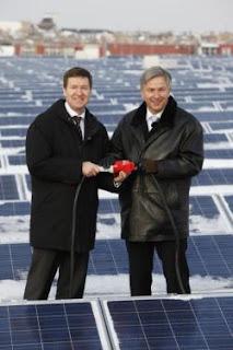 Neue Photovoltaikanlage am Netz: Berlins Regierender Bürgermeister Klaus Wowereit und BEA-Geschäftsführer Michael Geißler. Copyright: Berliner Energieagentur GmbH